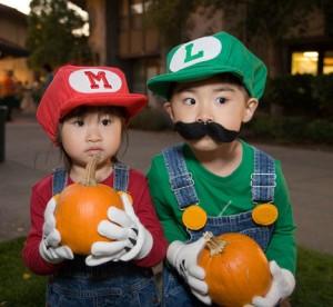 Crianças Vestidas de Cosplay Mario e Luigi